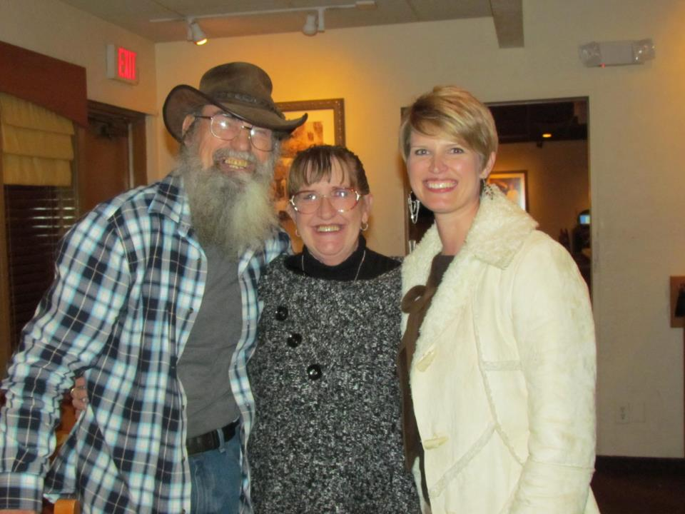 Yes, Si Robertson is married and we have pictures of Si's wife